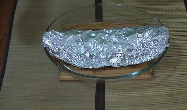 Заворачиваем рыбу в фольгу и отправляем печься в духовку.