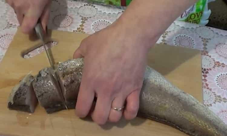 Для вкусного приготовления рыбы хек нарежьте рыбу