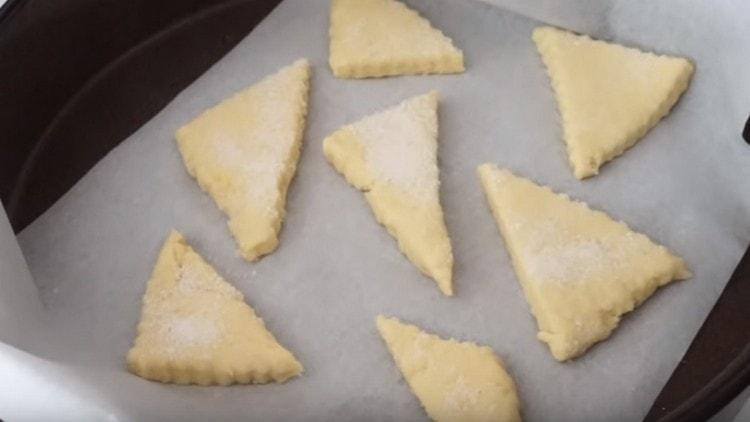 перекладываем печенье на застеленный пекарской бумагой противень и отправляем в духовку.