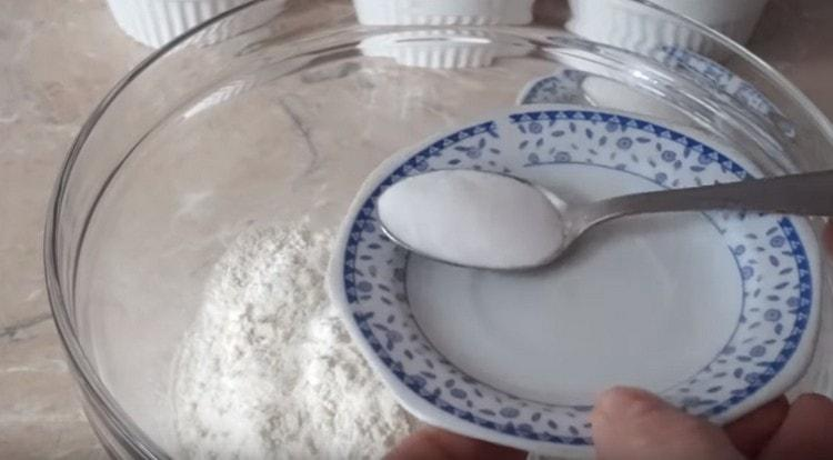 В муку добавляем соль.