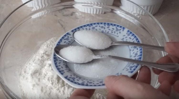 Добавляем также две ложки сахара.