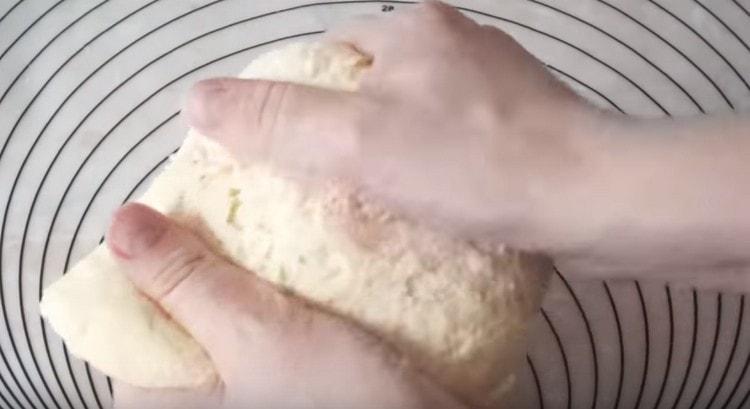 Тесто должно получиться мягким, эластичным.