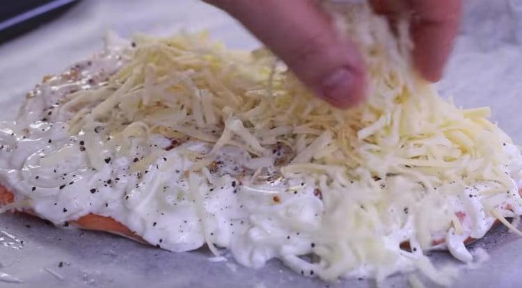 Посыпаем филе сыром.