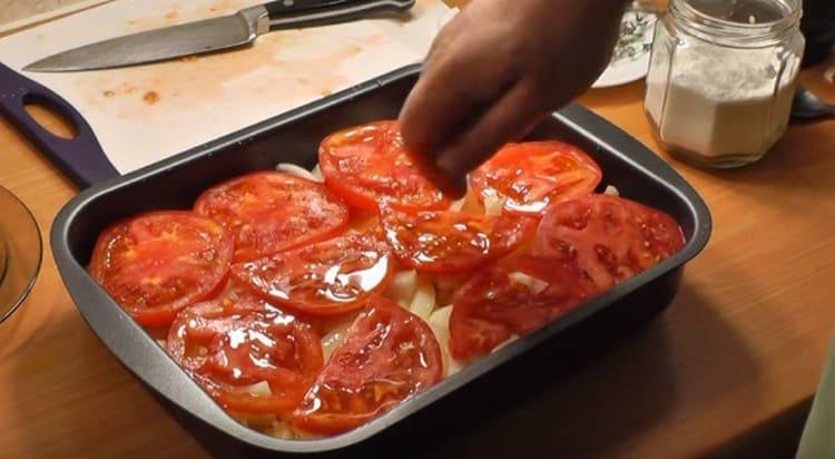 Сдабриваем помидоры оливковым маслом, солим, добавляем немного тимьяна.