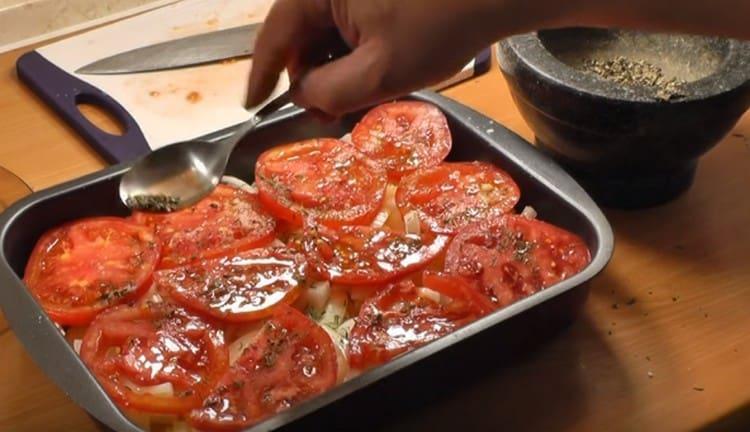 Добавляем перец и отправляем овощи в духовку.