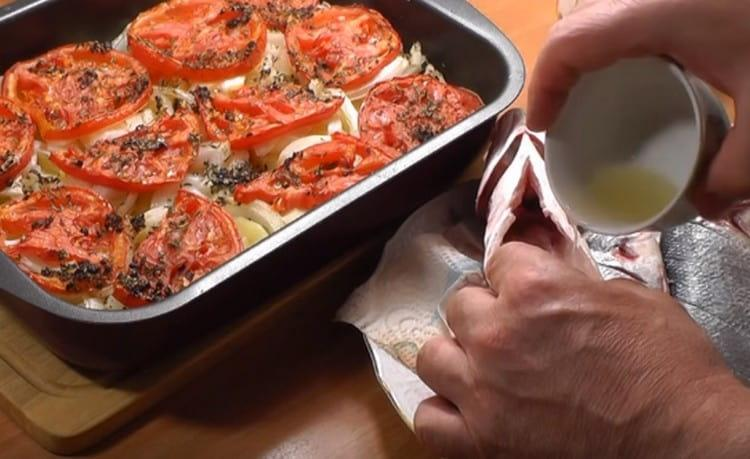 Натираем рыбу солью, и в брюшко наливаем немного лимонного сока.
