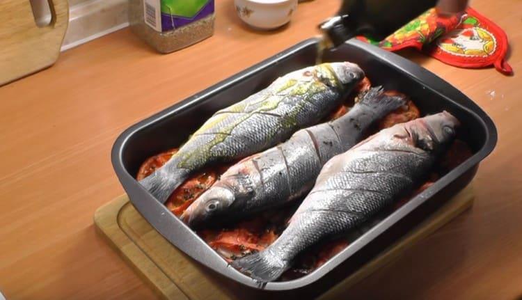 Выкладываем рыбу на овощную подушку, поливаем оливковым маслом.