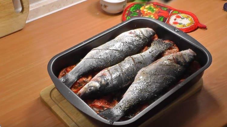 Посыпаем рыбу прованскими травами и отправляем в духовку.