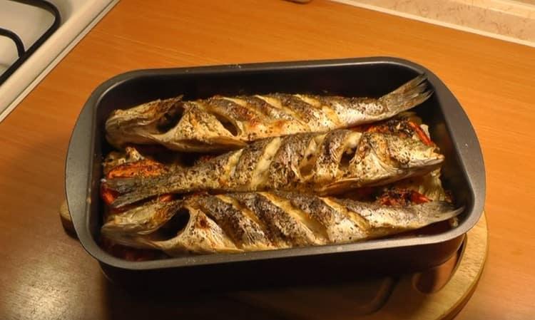 Такой рецепт сибаса в духовке обеспечит вас и рыбой, и гарниром в одночасье.