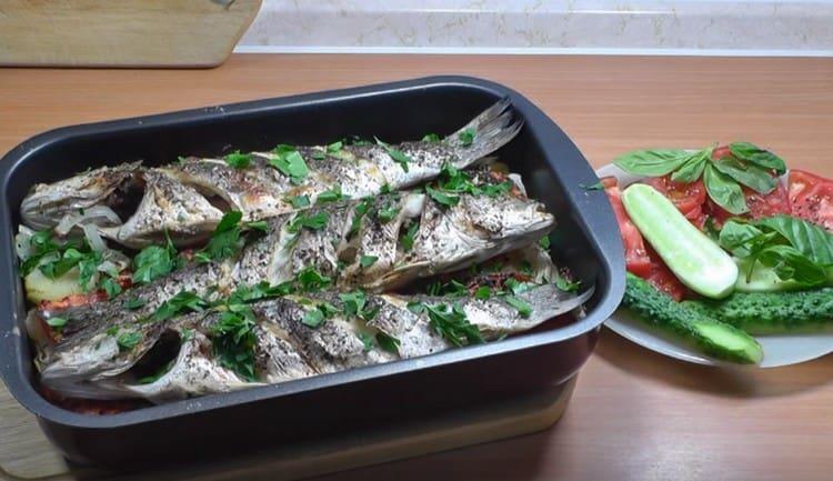 Подавать блюдо можно со свежими овощами.