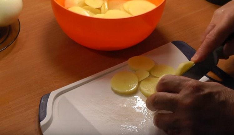 Нарезаем картофель кружочками.