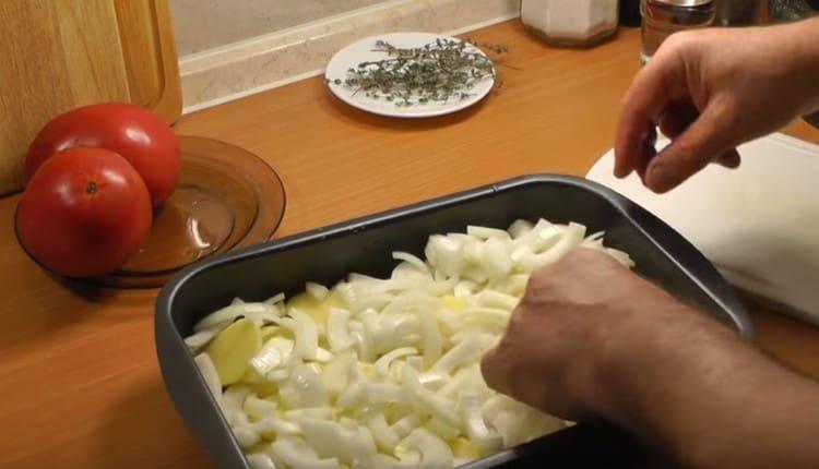 Поверх картошки раскладываем лук.