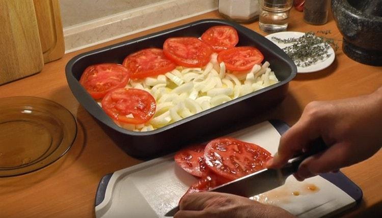 Поверх лукового слоя выкладываем нарезанные кружочками помидоры.