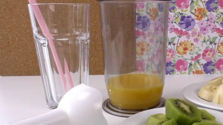 В чашу блендера наливаем апельсиновый сок.