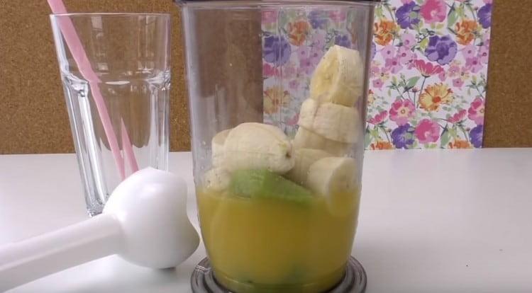 Добавляем к апельсиновому соку кусочки банана и киви.