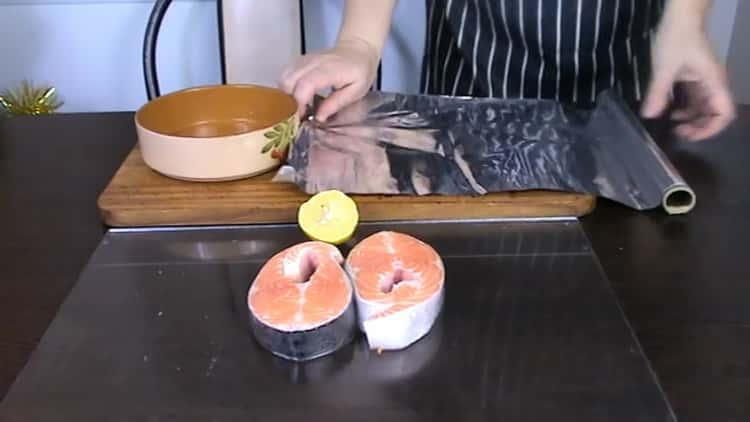 Для приготовления стейка из форели в духовке подготовьте фольгу
