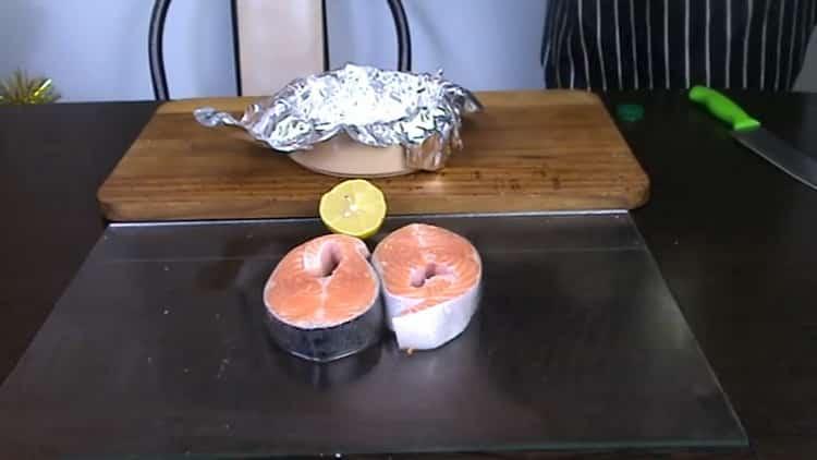 Для приготовления стейка из форели в духовке приготовьте форму