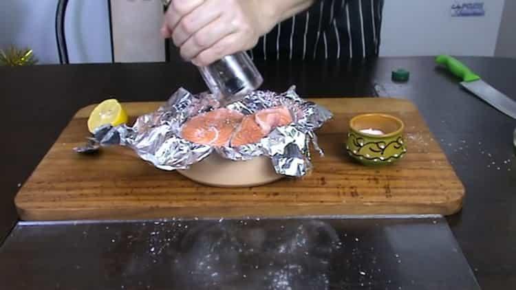 Для приготовления стейка из форели в духовке положите перец на рыбу