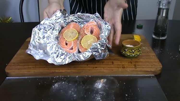 Для приготовления стейка из форели в духовке положите лимон на рыбу