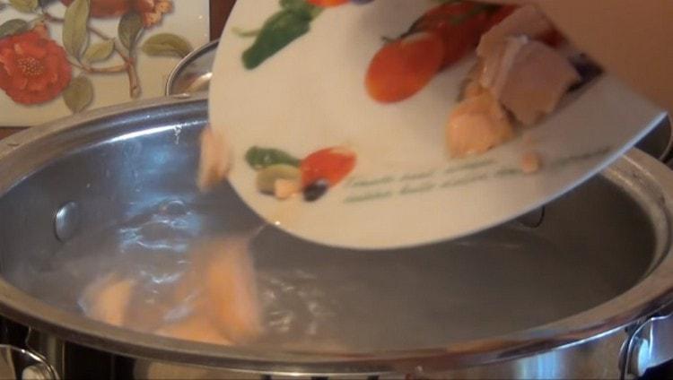 Отправляем в почти готовый суп рыбу.