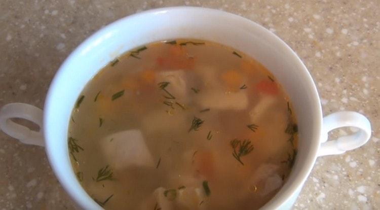 Вот такой прозрачный и красивый суп из красной рыбы можете приготовить и вы.