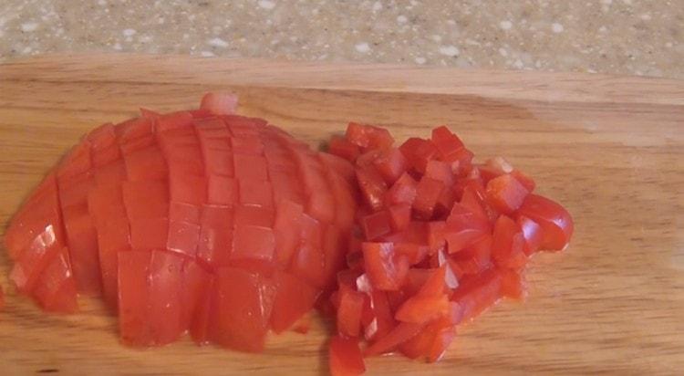 Нарезаем мелко помидор.