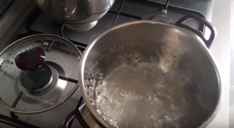 В кастрюле доводим воду до кипения.
