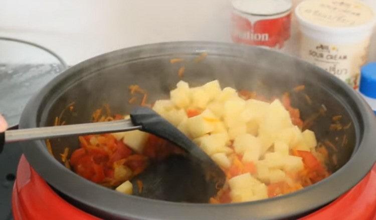 Добавляем помидоры, а также картофель.
