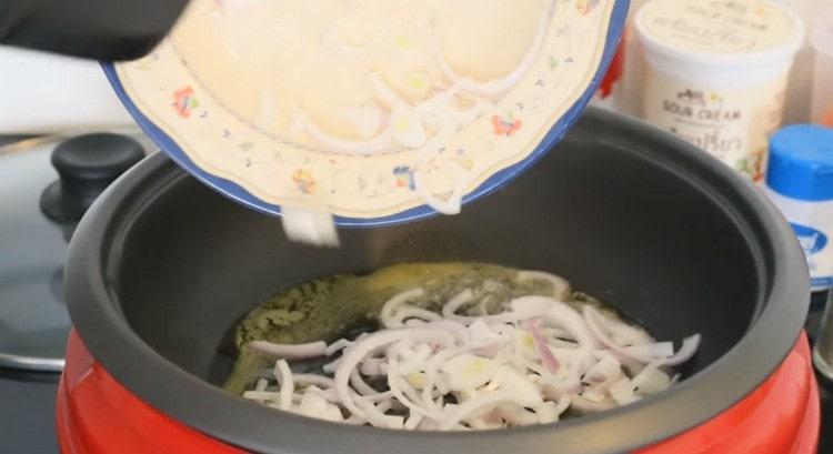 В кастрюльке с толстым дном растапливаем сливочное масло и выкладываем обжариваться лук.