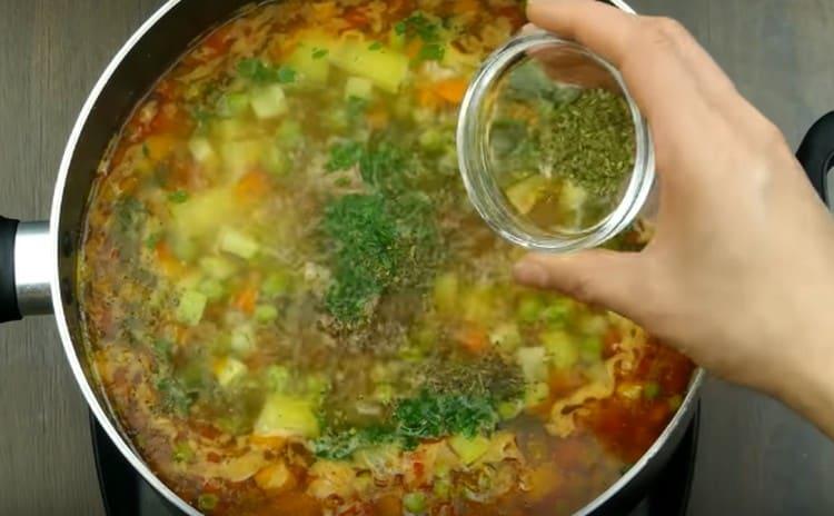 Добавляем соль и специи, через несколько минут выключаем блюдо.