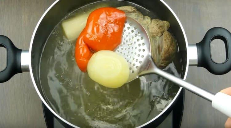 Когда мясо будет готово, достаем его, а также овощи из бульона.