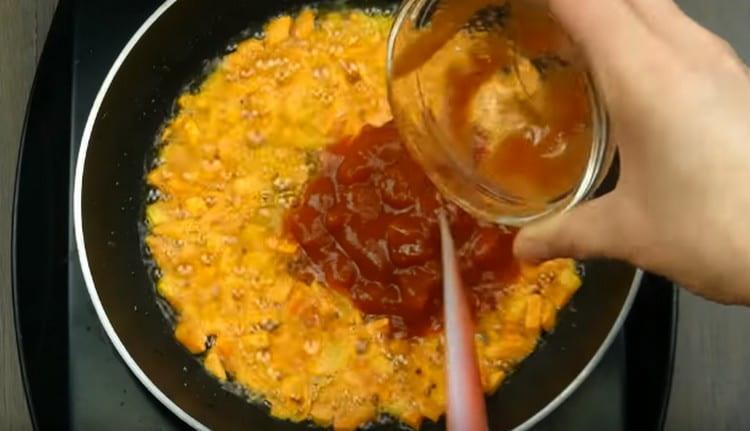Добавляем к моркови измельченные помидоры или томатную пасту.