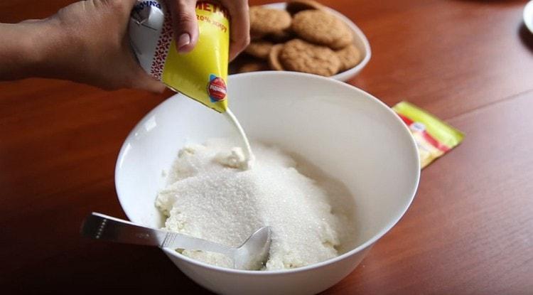 В глубокой миске соединяем творог, сахар, ванильный сахар и сметану.