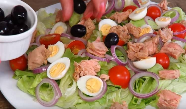Далее раскладываем на салат маслины.
