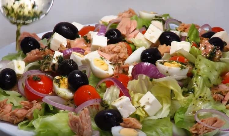 Поливаем салат заправкой.