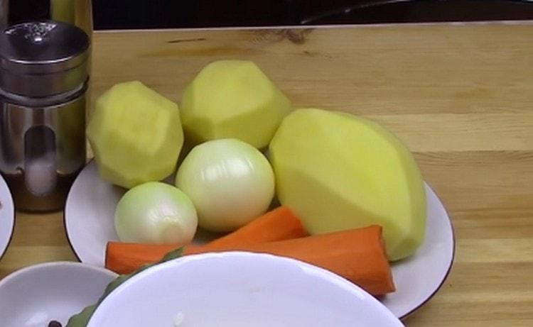 Чистим овощи.