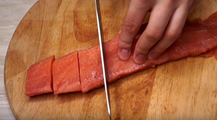 Филе горбуши нарезаем на небольшие кусочки.