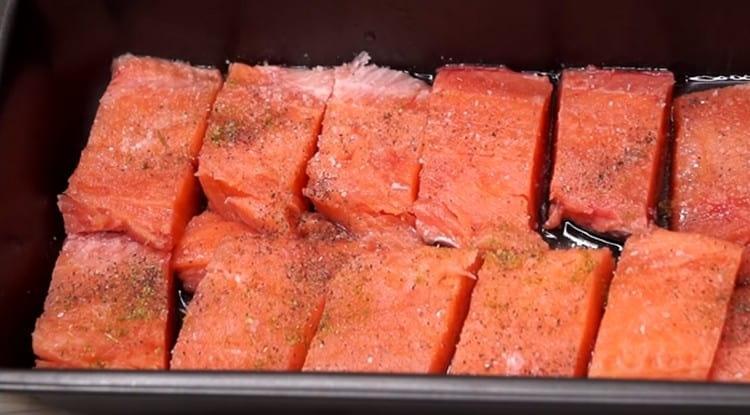 Солим, перчим рыбу по вкусу.