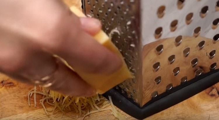 На терке натираем сыр. пока рыба запекается.