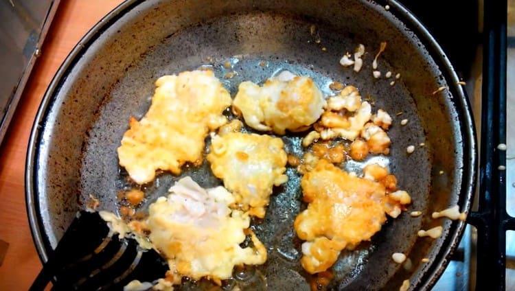 каждый кусочек филе обмакиваем кляр и жарим на сковороде с обеих сторон.