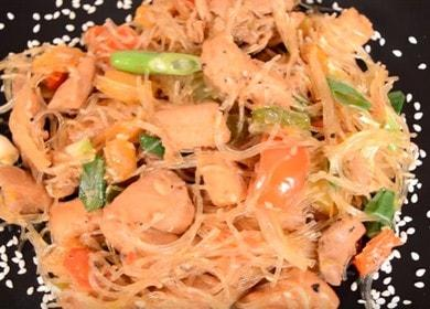Салат из фунчозы с курицей и овощами — необычно и вкусно