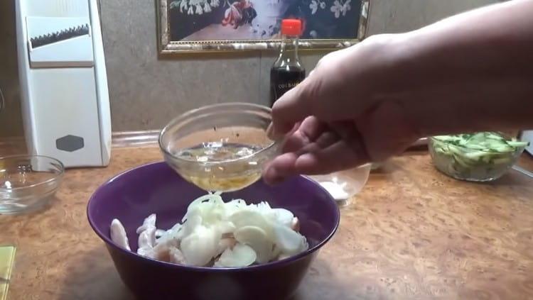 Добавляем к щуке свежий, нарезанный полукольцами лук. а такжеззимельченный обжаренный лук.