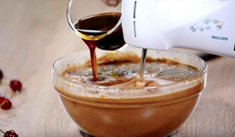 Последним добавляем заварной кофе.