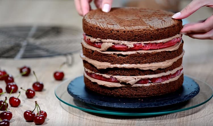 Собираем торт, чередуя слои.
