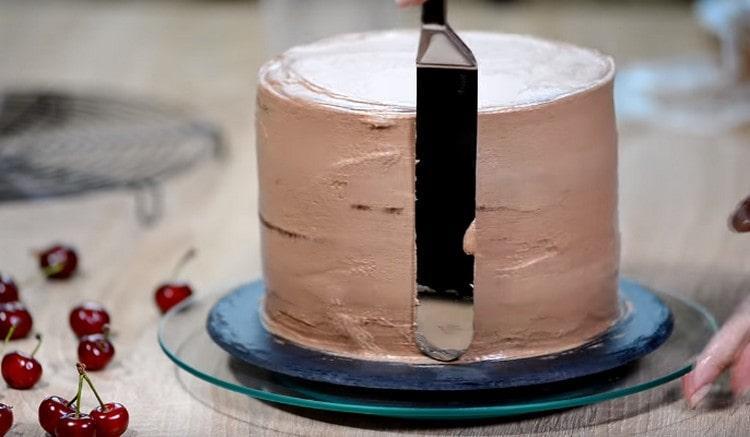 Бока и верх торта тоже обмазываем кремом.