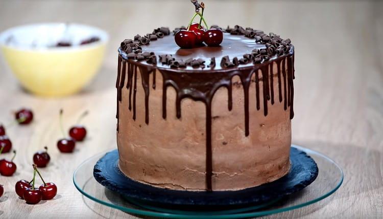 Вот такой роскошный шоколадный торт с вишней у нас получился.