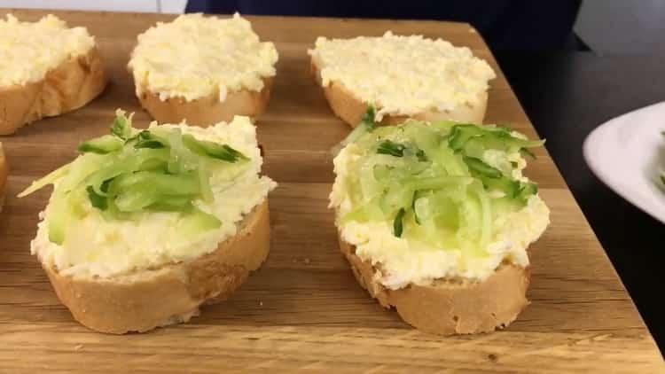 Для приготовления бутербродов с красной рыбой положите на багет огурцы