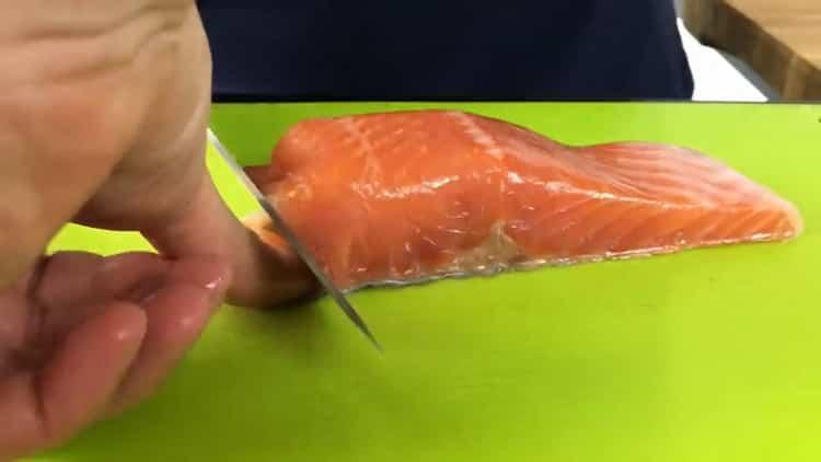 Для приготовления бутербродов с красной рыбой подготовьте ингредиенты