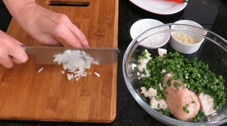 Для приготовления китайских пельменей, нарежьте дук