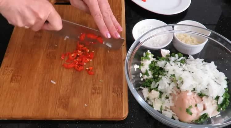 Для приготовления китайских пельменей, нарежьте перец